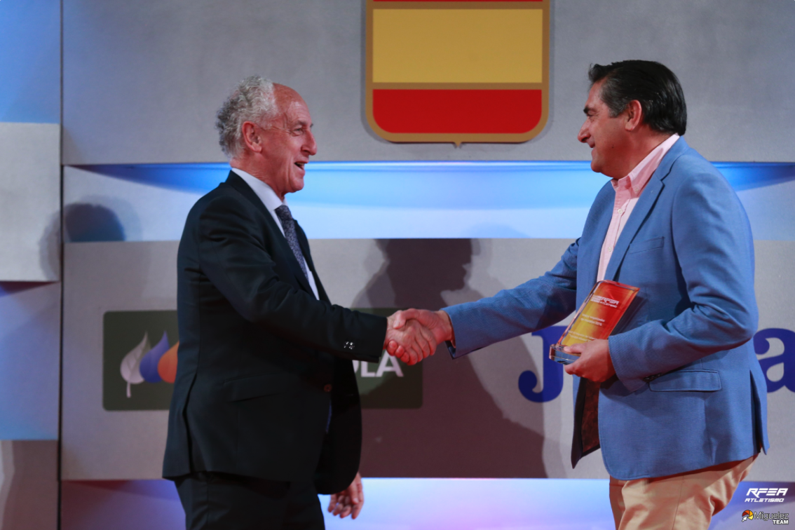 Paco Borao receives the RFEA prize for the best marathon and half-marathon in Spain