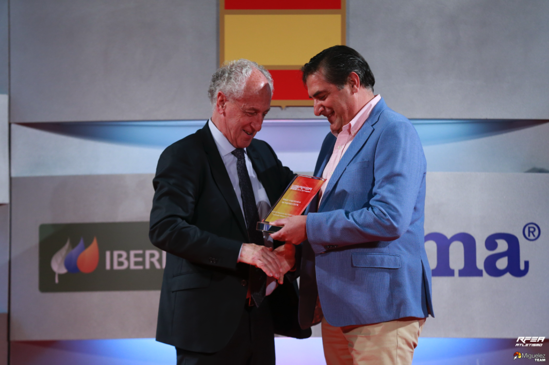 Paco Borao receives the prizes for Spain's best marathon and half-marathon.