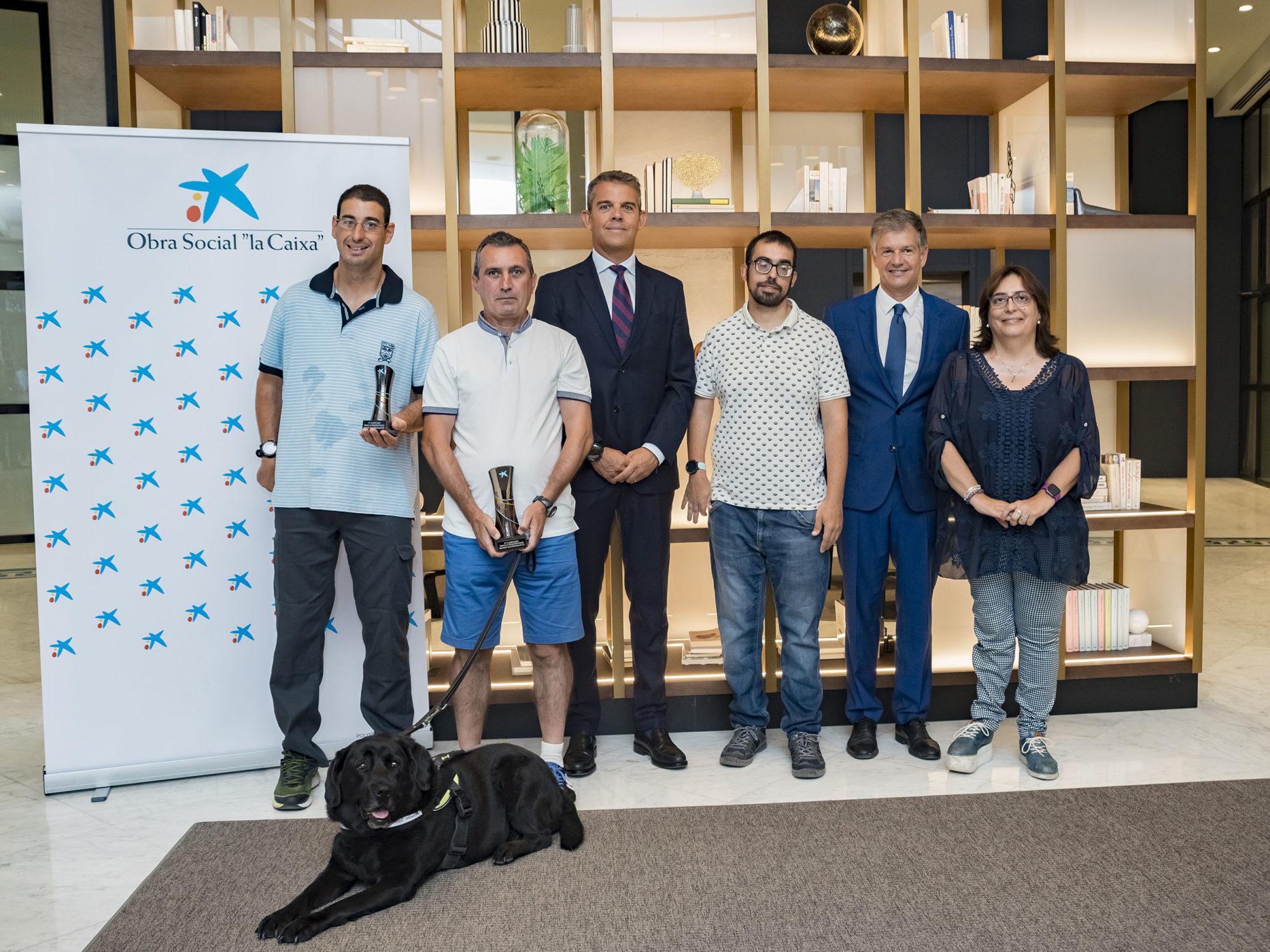 2. Xicu Costa, Vicente Sanz y Pilar Javaloyes, presidenta de FESA (Federació d'Esports Adaptats de la Comunitat Valenciana), junto a atletas que participan en las categorías de personas con discapacidad de las pruebas.